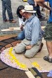 Leute, die im Teppich von Blumen arbeiten Stockfotografie