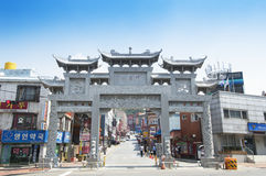 Leute, die in Incheon Chinatown kaufen Stockbild