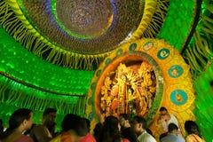 Leute, die innere Durga Puja Pandal, Durga Puja-Festival genießen Stockfotografie