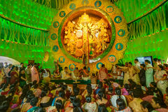 Leute, die innere Durga Puja Pandal, Durga Puja-Festival genießen Lizenzfreie Stockfotos