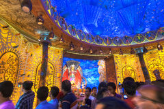 Leute, die innere Durga Puja Pandal, Durga Puja-Festival genießen Lizenzfreie Stockfotografie