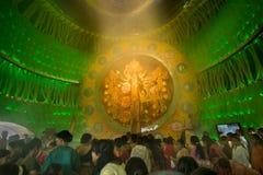 Leute, die innere Durga Puja Pandal genießen (verzierten vorübergehenden Tempel), Festival, Kolkata Stockfotos