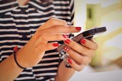 Leute, die intelligentes Telefon - Technologieausrüstung verwenden Stockfoto
