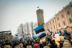Leute, die 100 Jahre Estland-Unabhängigkeit an Toompea-Schloss feiern Stockfoto