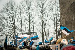 Leute, die 100 Jahre Estland-Unabhängigkeit an Toompea-Schloss feiern Lizenzfreies Stockfoto