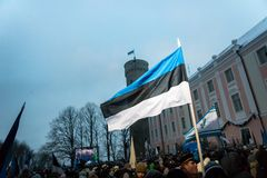 Leute, die 100 Jahre Estland-Unabhängigkeit an Toompea-Schloss feiern Lizenzfreies Stockbild