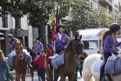 Leute, die Karamele vom Pferd austeilen Lizenzfreie Stockfotos