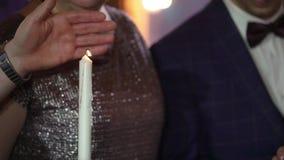 Leute, die Kerzen halten stock video