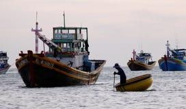 Leute, die Korbboot auf dem Meer in Tra Vinh Provinz, Vietnam rudern lizenzfreie stockbilder