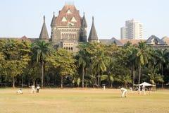 Leute, die Kricket im Central Park bei Mumbai spielen Stockfoto