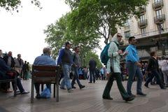 Leute, die am La Rambla in Barcelona gehen Stockfotos
