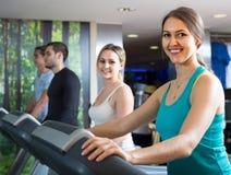 Leute, die laufende Maschinenklasse im Fitnessstudio haben lizenzfreie stockfotos