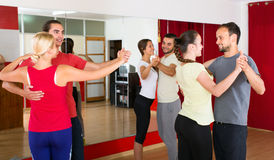 Leute, die lernen, Walzer zu tanzen Stockfotografie