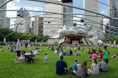 Leute, die Livekonzert am Stadtpark genießen Lizenzfreie Stockbilder