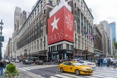 Leute, die an Macy-` s Kaufhaus in New York City kaufen stockfotografie
