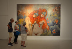 Leute, die Malerei in der Kunstausstellung betrachten stockfotografie