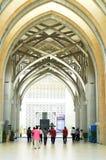 Leute, die Masjid Sultan Mizan, Putrajaya für Freitag-Gebet anmelden Lizenzfreie Stockfotografie