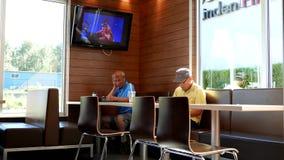 Leute, die Mccafe-Kaffee trinken stock footage