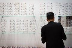 Leute, die Mido 2014 in Mailand, Italien besuchen Lizenzfreie Stockbilder