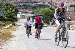 Leute, die mit dem Fahrrad in der Stadt in den Milos, Griechenland fahren Viel tou Stockfotografie