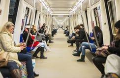 Leute, die mit der U-Bahn reisen Stockfotografie