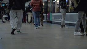 Leute, die mit der U-Bahn an der Stadt austauschen stock video