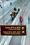 Leute, die mit Gepäck im Flughafen gehen Lizenzfreies Stockfoto