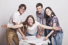 Leute, die mit Zeichnungen auf dem Tisch arbeiten Stockfotografie