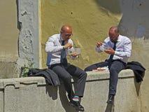 Leute, die Mittagspause haben Essen mit zwei Männern Lizenzfreies Stockfoto