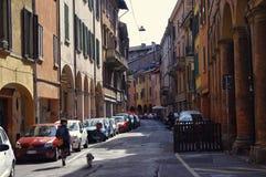 Leute, die in die Mitte von Bologna, Italien gehen oder radfahren Lizenzfreies Stockbild