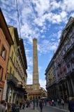 Leute, die in die Mitte von Bologna, Italien gehen oder radfahren Lizenzfreie Stockfotos