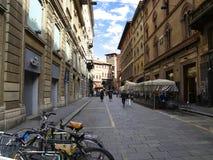 Leute, die in die Mitte von Bologna, Italien gehen oder radfahren Stockfoto