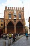 Leute, die in die Mitte von Bologna, Italien gehen oder radfahren Stockbilder