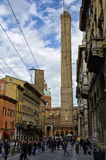 Leute, die in die Mitte von Bologna, Italien gehen oder radfahren Stockfotos
