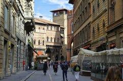 Leute, die in die Mitte von Bologna, Italien gehen oder radfahren Lizenzfreie Stockbilder