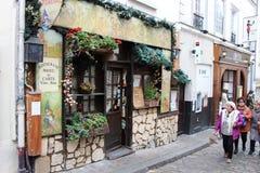 Leute, die in Montmartre gehen Lizenzfreies Stockfoto
