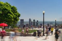 Leute, die Montreal-Skyline von Mont Royal-Ausblick betrachten Stockbild