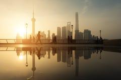 Leute, die in Morgen an der Huangpu-Fluss Flussufer mit Shangh laufen stockfotografie