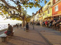Leute, die Nachmittagssonne auf Küstenpromenade in Meersburg Deutschland genießen Lizenzfreies Stockfoto