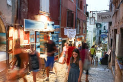 Leute, die nahe bei angezeigten Andenken in Rovinj gehen Stockfotografie
