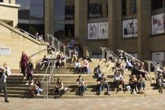 Leute, die nahe bei Glasgow Royal Concert Hall sich entspannen Lizenzfreies Stockbild