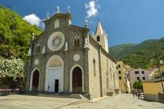 Leute, die nahe bei Kirche von San Giovanni Battista gehen stockfotografie
