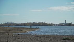 Leute, die nahe dem Fluss im Herbst gehen stock video footage