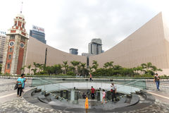 Leute, die nahe dem Glockenturm, auf dem südlichen Ufer von Tsim Sha Tsui gehen Dieses ist der Standort der ehemaligen Kowloon-St Lizenzfreie Stockbilder