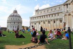 Leute, die nahe dem lehnenden Kontrollturm von Pisa stillstehen Stockbild
