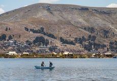 Leute, die nahe Uros Islands rudern lizenzfreie stockfotografie
