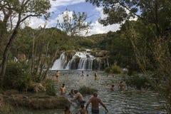 Leute, die in Nationalpark Krka, durch Natur baden Stockbilder