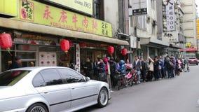 Leute, die oben außerhalb der Tür von Yongkang-Rindfleisch-Nudeln anstehen HD stock footage
