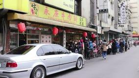 Leute, die oben außerhalb der Tür von Yongkang-Rindfleisch-Nudeln anstehen HD stock video