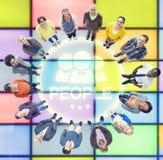 Leute, die oben Verschiedenartigkeits-Community-Gruppen-Konzept schauen Stockbilder